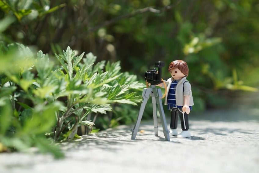 Playmobil model of photographer with tripod.